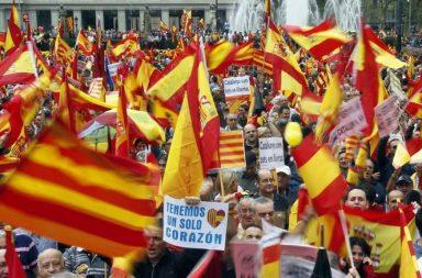 Ciudadanos manifestándose por la Unidad de España
