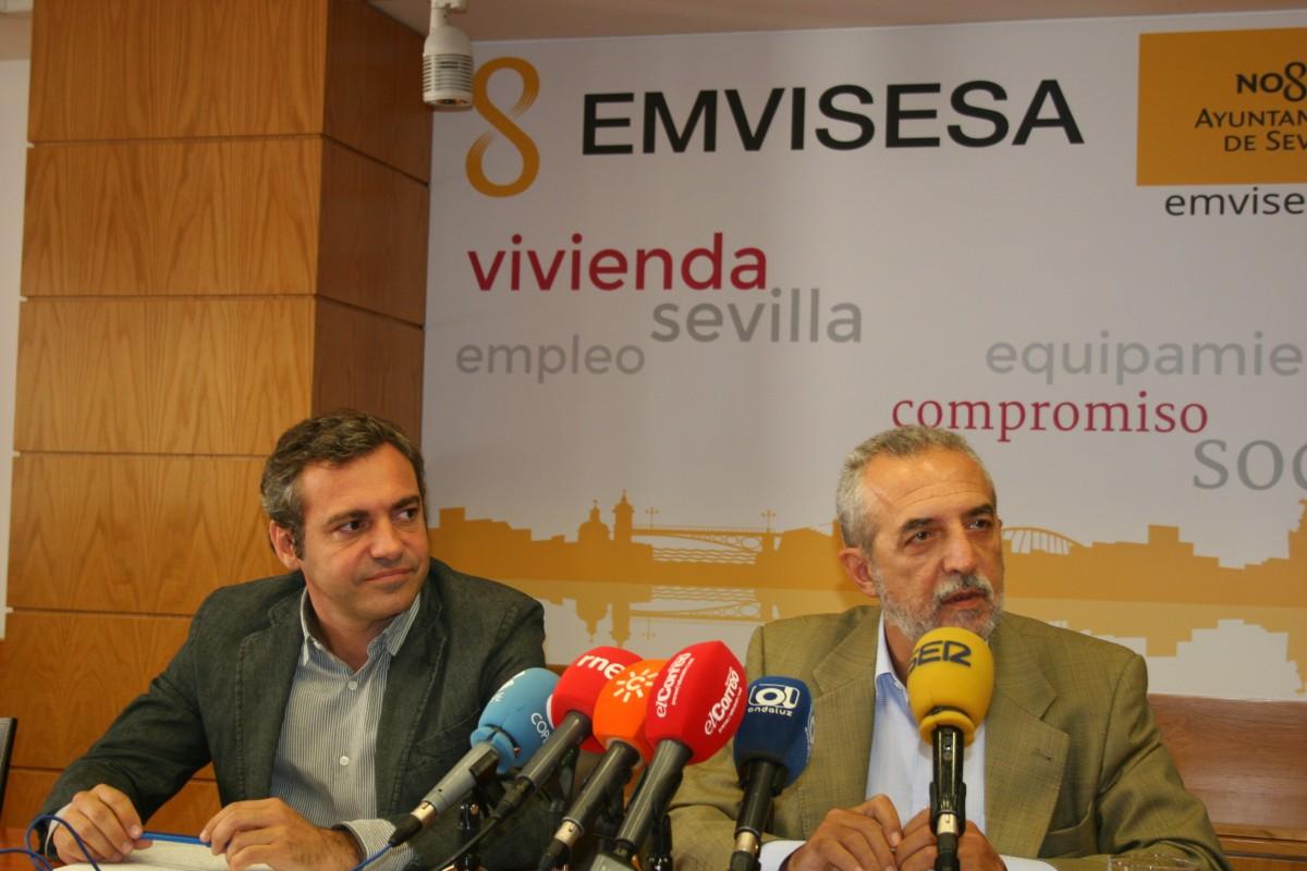 Juan Manuel Flores (derecha) y Felipe Castro, de Emvisesa.