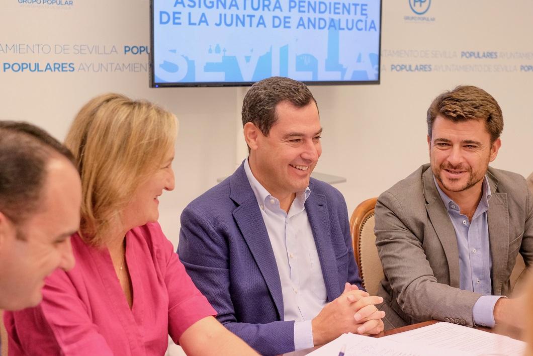 Juanma Moreno ha respaldado el trabajo del grupo municipal del PP.