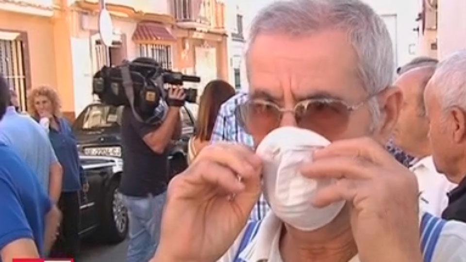 Uno de los vecinos afectados por los fuertes olores en Coria.