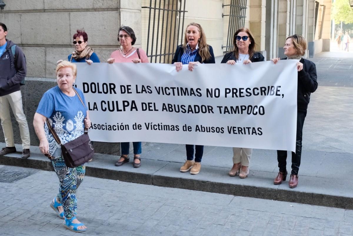 Un grupo de víctimas se han manifestado a las puertas del juzgado. FOTO. LINCE