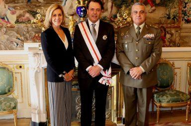Augusto Ferrer- Dalmau, condecorado por la ministra de Defensa.