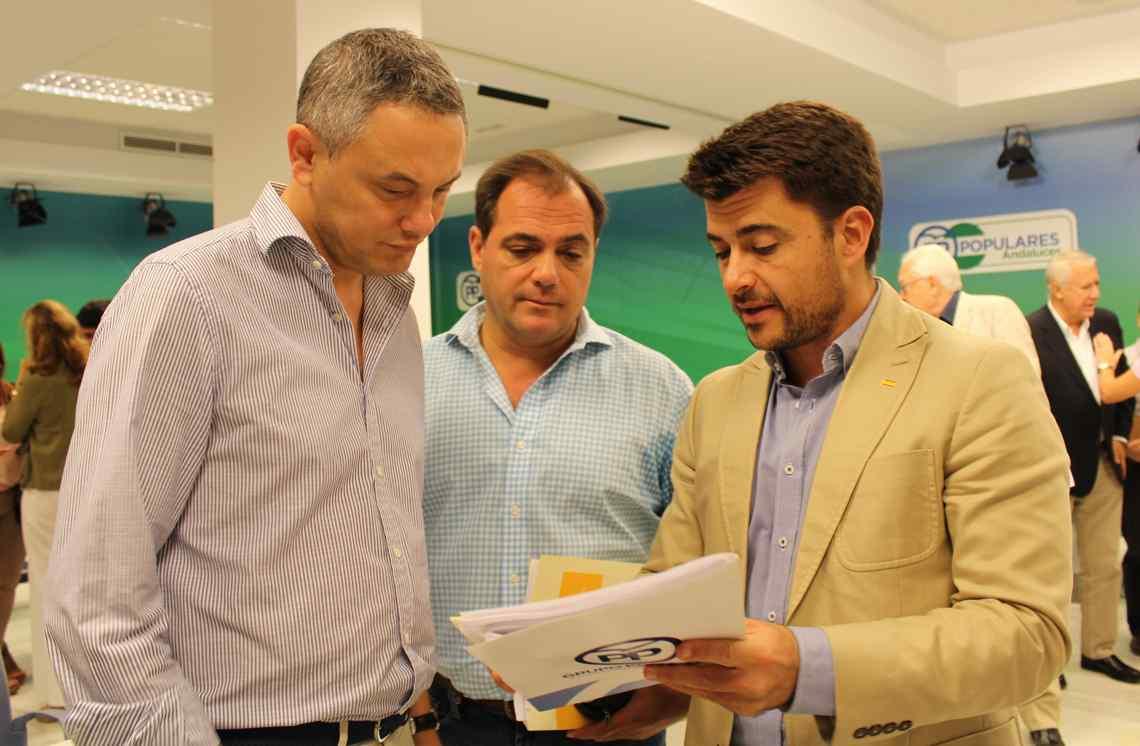 Beltrán Pérez con parte de su equipo de trabajo.
