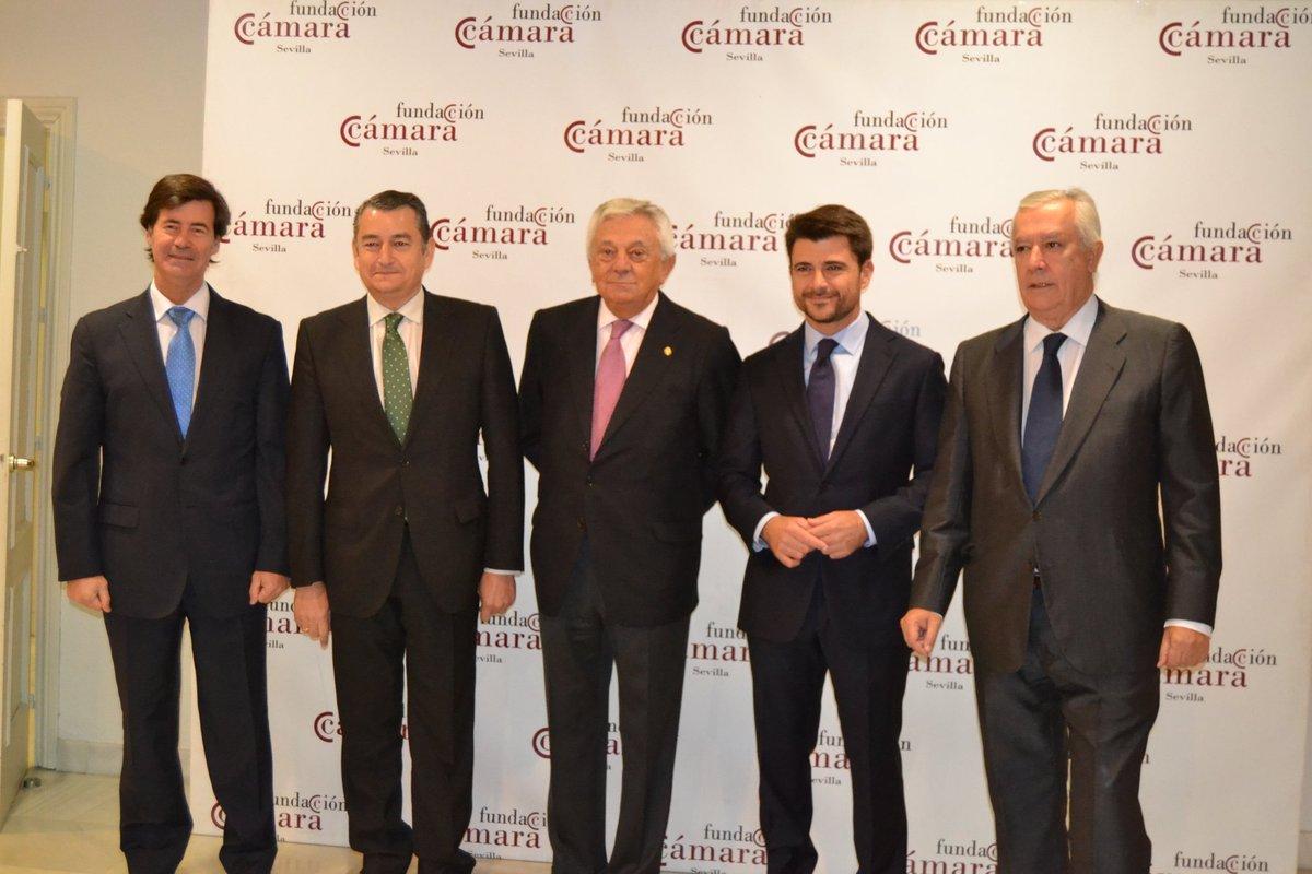 Beltrán Pérez con los organizadores del desayuno informativo y dirigentes del PP.