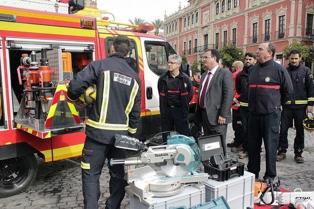 Juan Carlos Cabrera con una unidad de los bomberos de Sevilla.