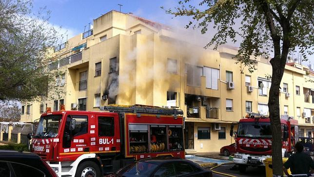 Bomberos de Sevilla sofocando un incendio en una vivienda