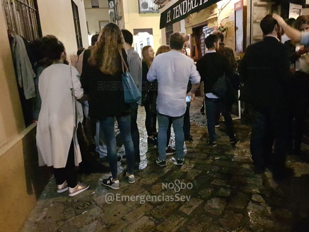 Jóvenes bebiendo en la calle Rodrigo Caro.