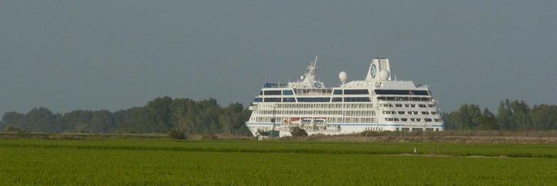 Un curcero navegando por el Guadalquivir a su paso por Puebla del Río.