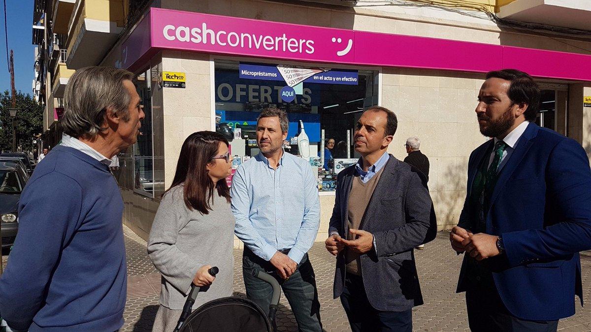 Los concejales de Ciudadanos en su encuentro con los vecinos de Eduardo Dato.