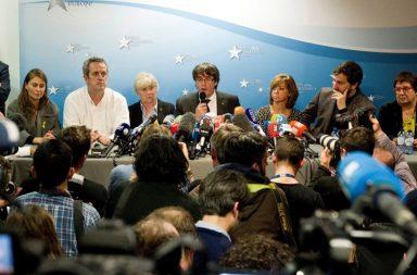 Puigdemont y cuatro de su exconsejeros en un encuentro con la prensa internacional en Bruselas.