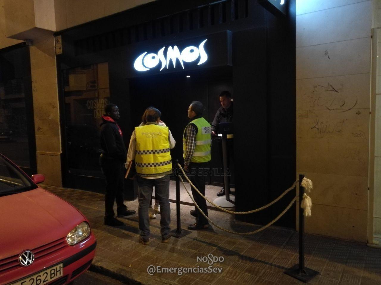 Agentes inspeccionan la discoteca Cosmos.
