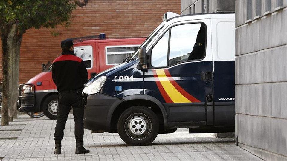 El furgón policial que traslada a los acusados sale de la Audiencia Provincial de Pamplona.