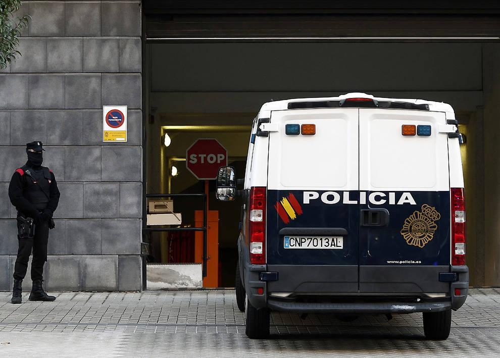 Los acusados acceden al Palacio de Justicia en un furgón policial.