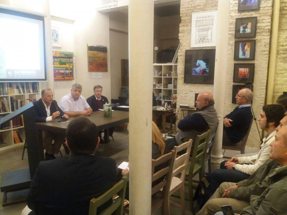 Un momento de la presentación en la sala La Revuelta.