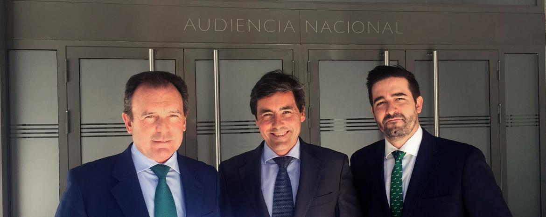 Ernesto Sanguino junto a miembros del despacho de abogados