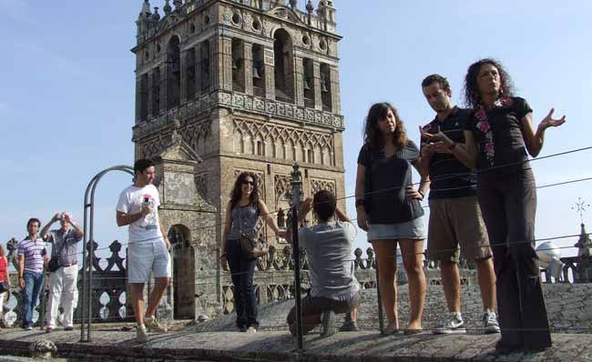 Turistas en los tejados de la catedral