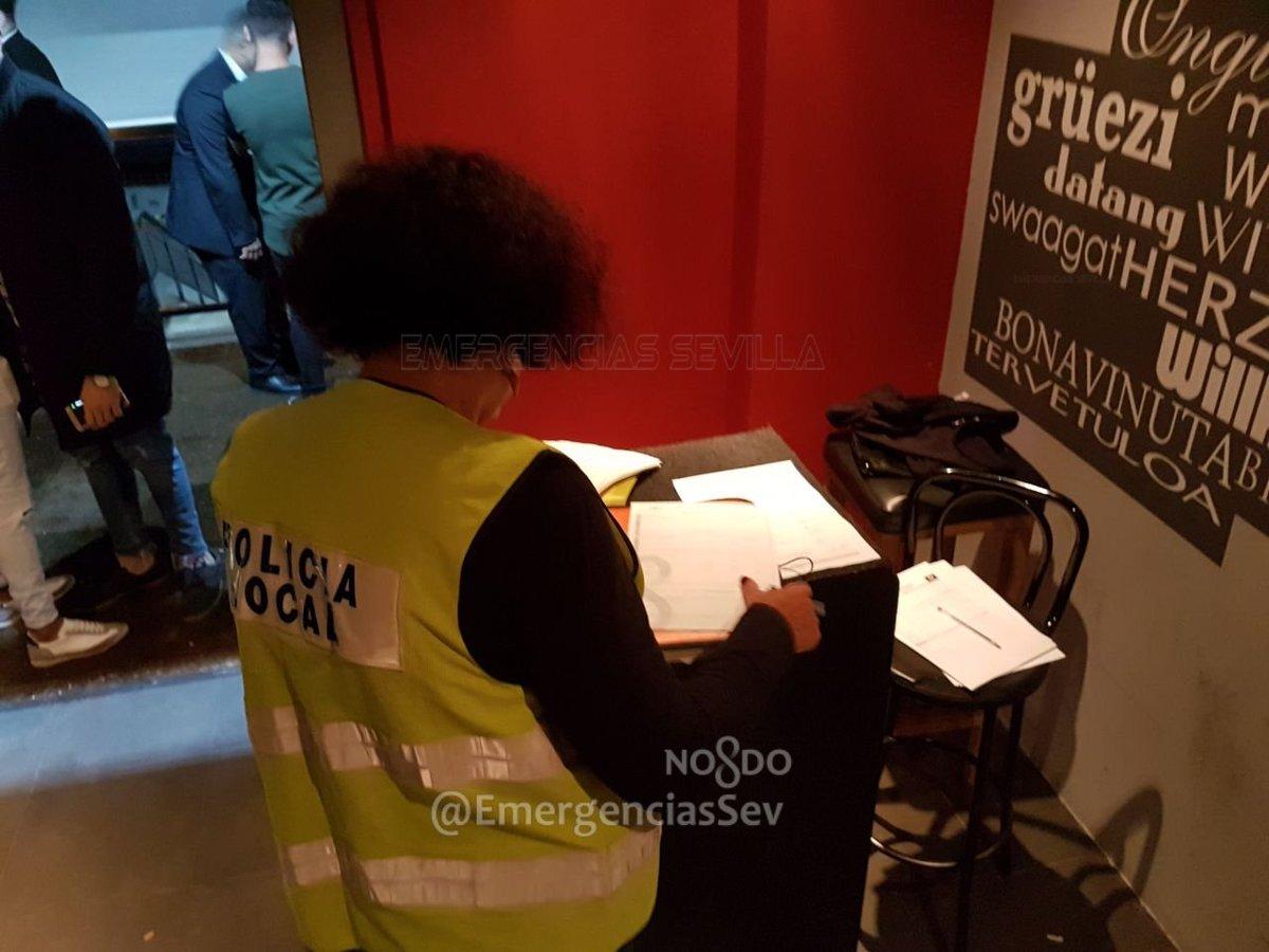 Una agente inspecciona la documentación de la discoteca Velmont.