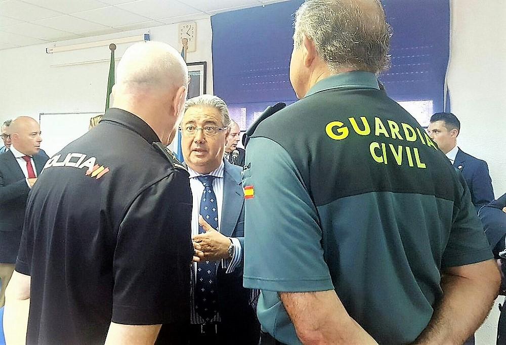 Juan Ignacio Zoido con agentes de la Policía y Guardia Civil.