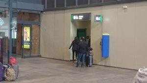 Entrada a los baños de la estación de trenes de Santa Justa