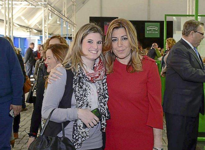 La alcaldesa de Almadén de la Plata con la presidenta de la Junta Susana Díaz