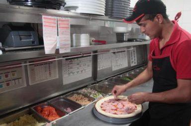 Elaboración de una pizza.