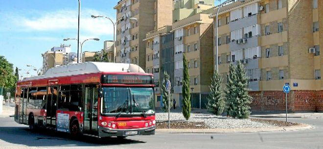 Un bus Tussam circula por las Tres Mil Viviendas.