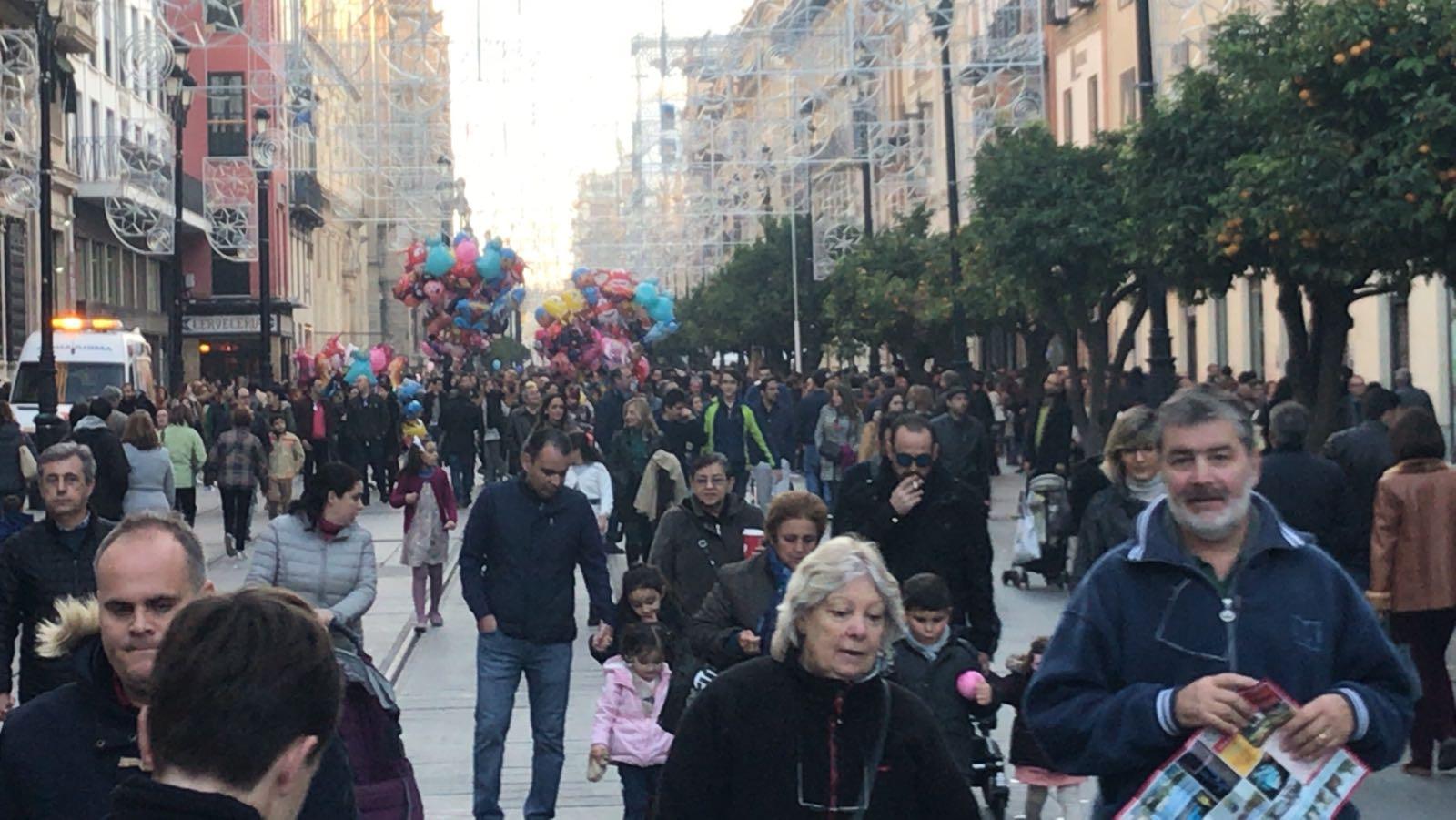 La avenida, repleta de público en la tarde de este miércoles festivo.