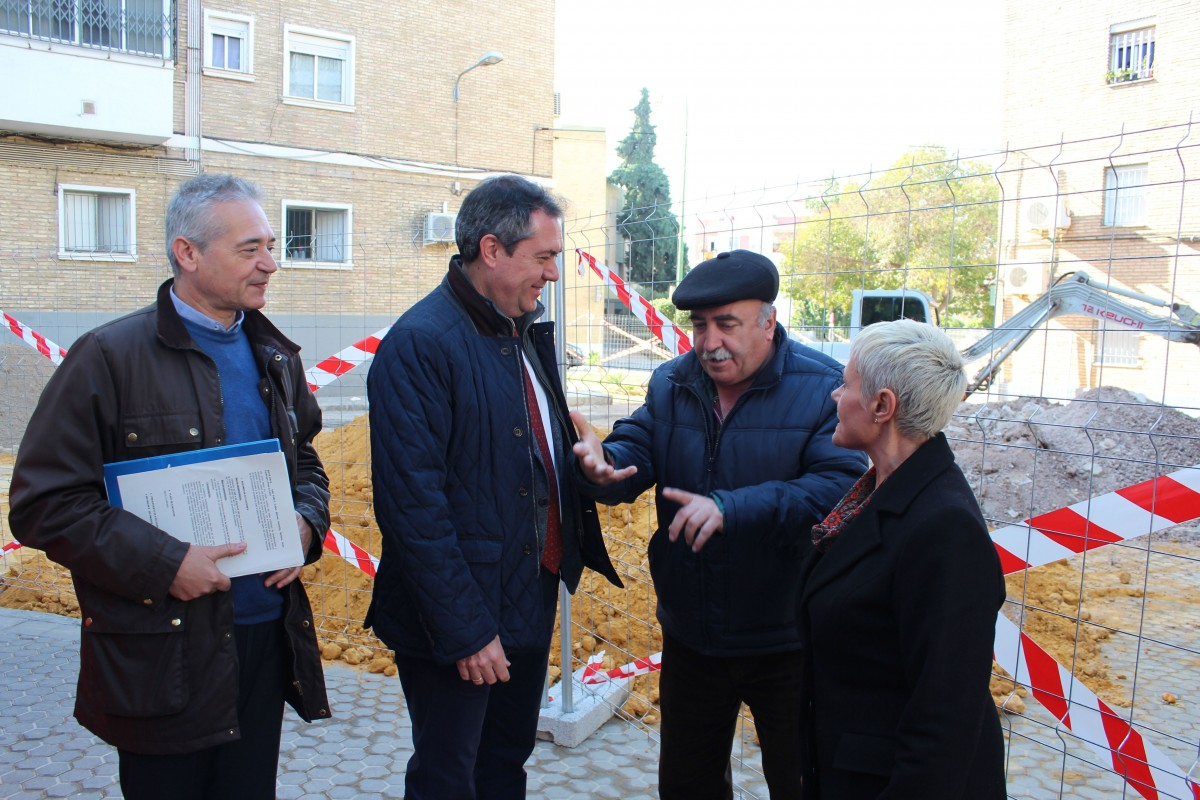 El alcalde visita las obras del Barrio A de San Pablo.