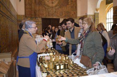 Beltrán Pérez y concejales del PP visitando la muestra de dulces de los conventos.