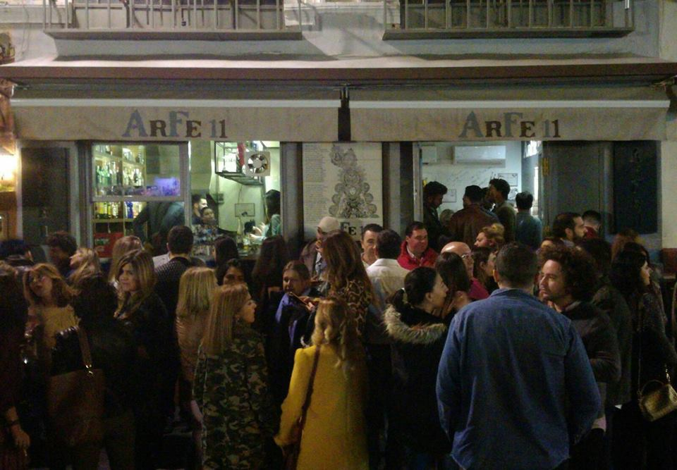 Aglomeración de personas en un establecimiento de calle Arfe.