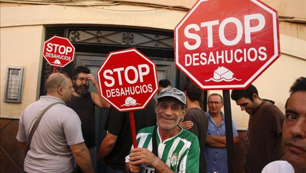 Protesta ante un deshaucio en Sevilla.