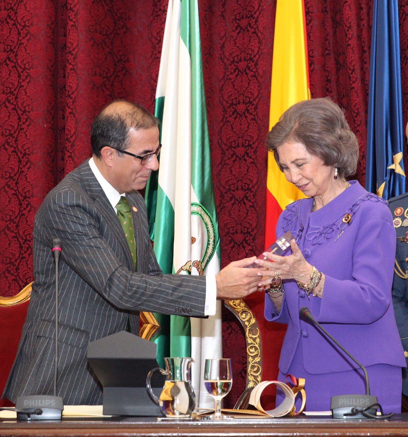"""El Rector de la US entrega el premio """"Carrillo Salcedo"""" a la reina emérita."""