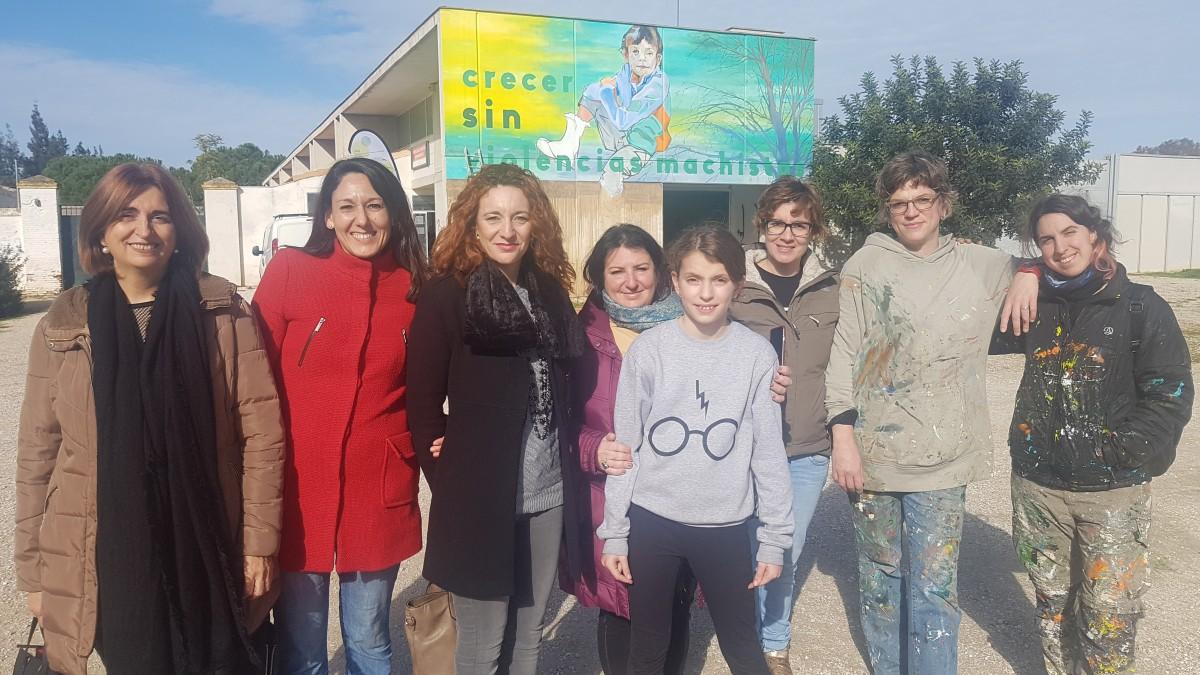 Grupo de artistas que han participado en la elaboración de los murales.
