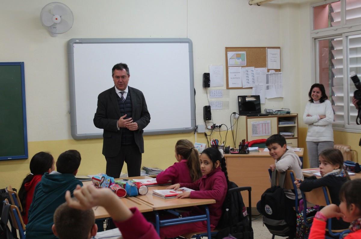 El alcalde ha presentado las actuaciones a desarrollar en los colegios durante 2018
