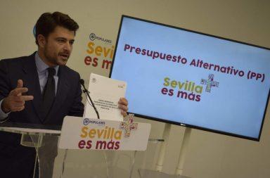 """Beltrán Pérez, portavoz popular, en la presentación del """"presupuesto alternativo"""" para Sevilla."""