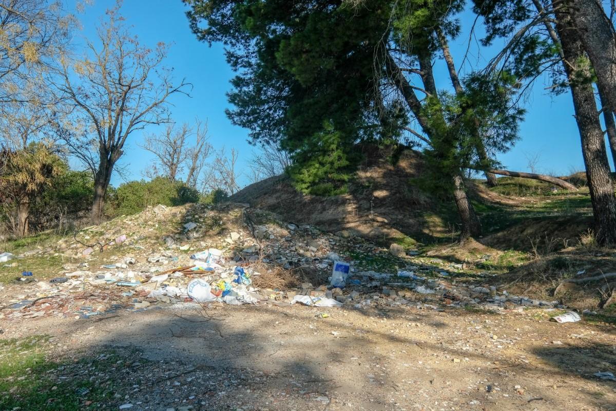 Las basuras se acumulan en los accesos del yacimiento, responsabilidad del Ayuntamiento de Camas. Foto: Lince.