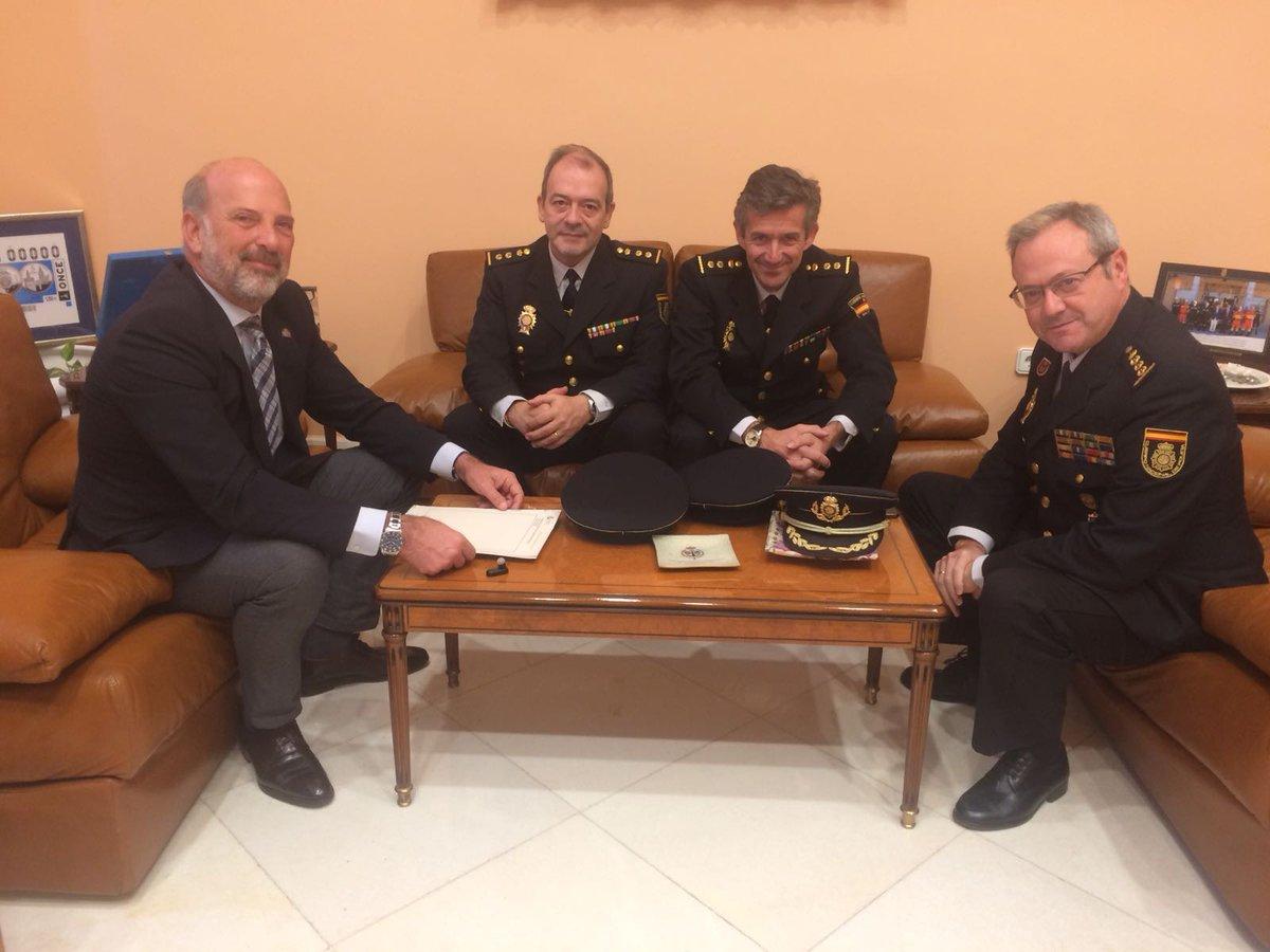Los nuevos comisarios, con el comisario provincial y el subdelegado del gobierno en Sevilla.
