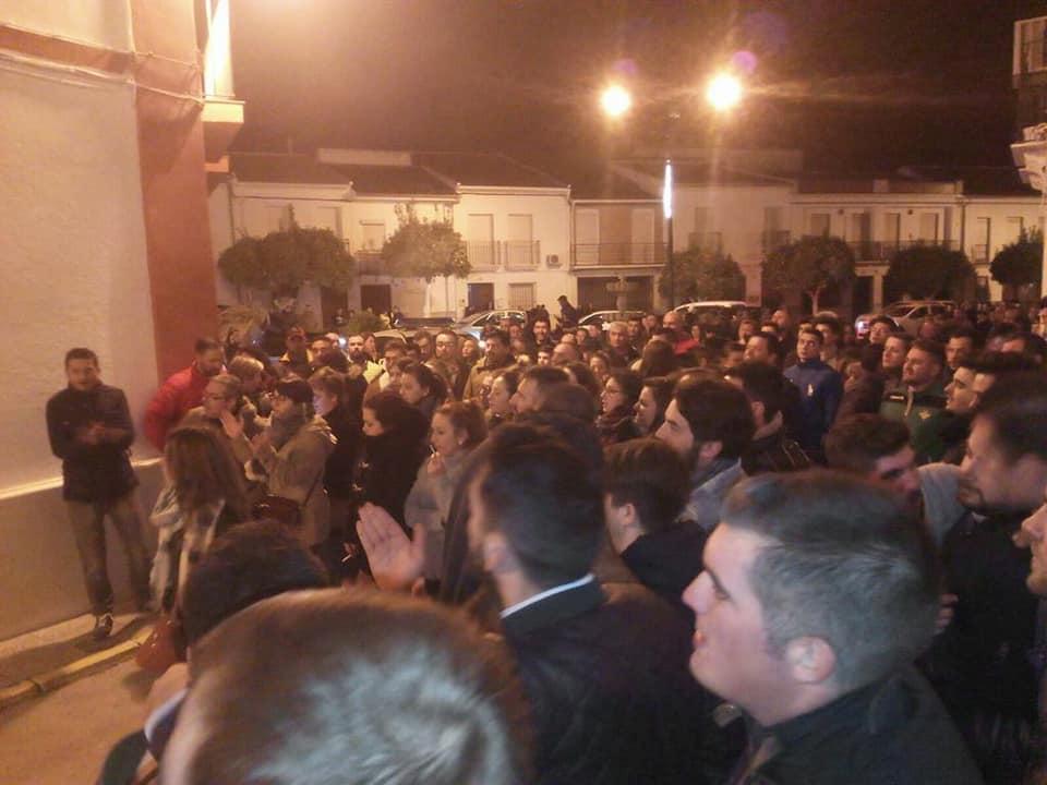 Concentración ante las puertas de la jefatura de la Policía Local de Pedrera.