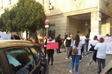 Familiares de los asesinados, a las puertas de los juzgados de Sevilla.