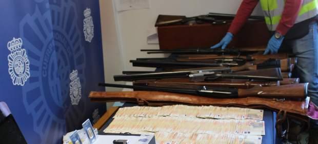 Efectos incautados por la Policía a la banda de proxenetas.