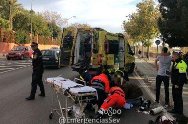 La ciclista, de entre 45 a 50 años, ha sido ingresada en un centro hospitalario de Sevilla