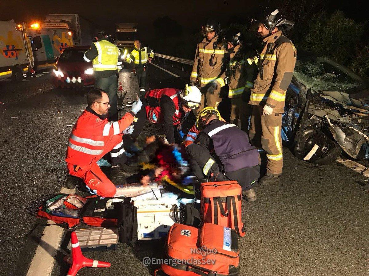 Los servicios de emergencias atendiendo a uno de los heridos.