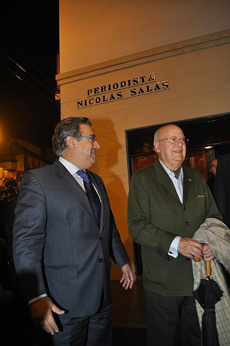 Nicolás Salas, junto al entonces alcalde Juan Ignacio Zoido, en la inauguración de la calle que lleva su nombre.