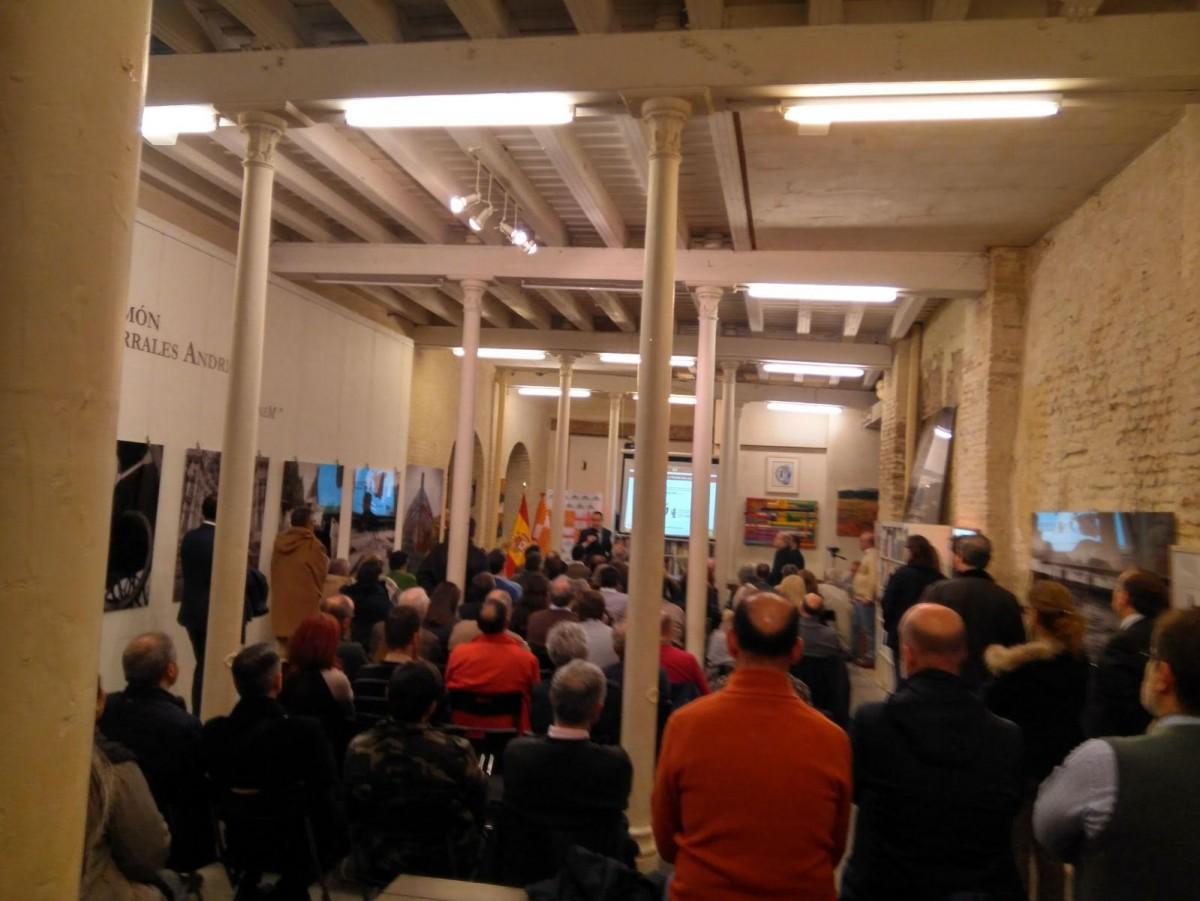 Numeroso público, de todas las edades, acudió a la presentación de Tabarnia en el centro cultural La Revuelta