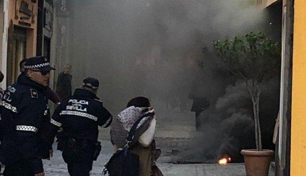 El humo acumulado en la calle Cuna ha provocado nervios. Foto: @_AbogadoSevilla