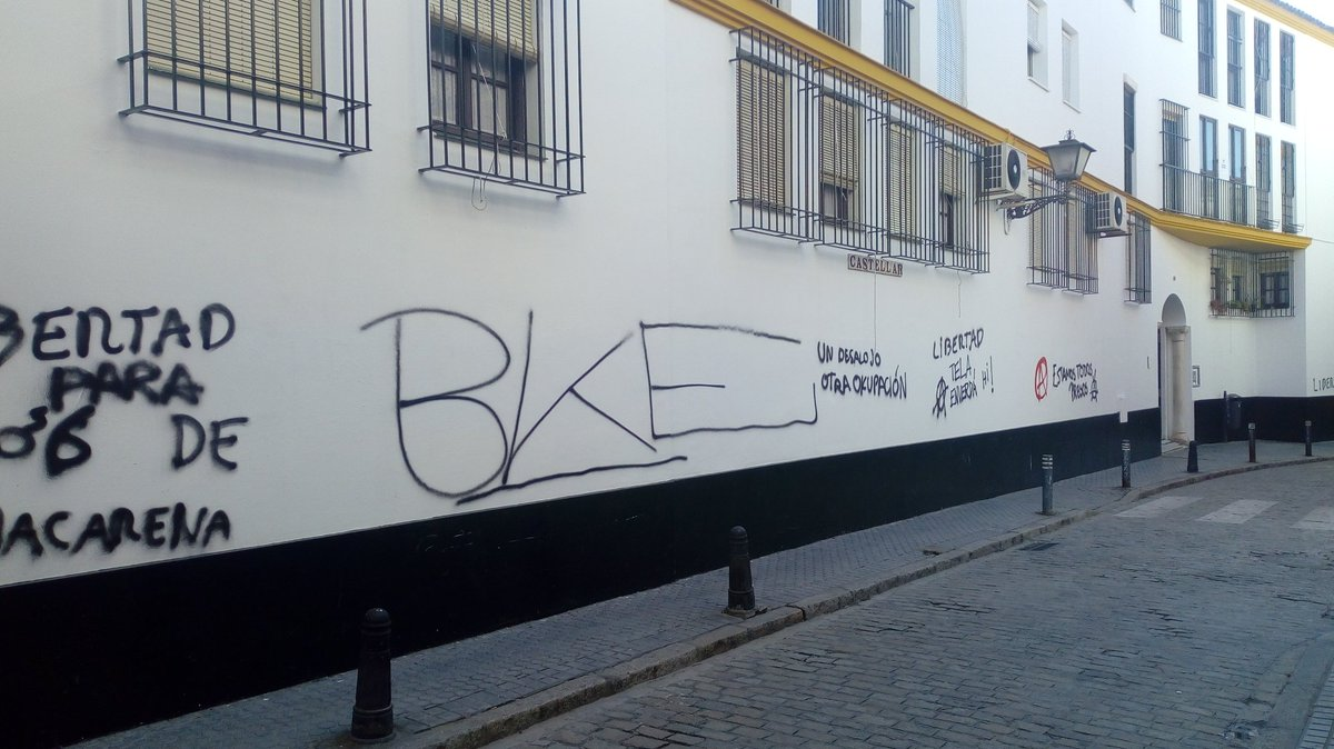 Los vecinos denuncian la actividad de los okupas, entre ellas, las pintadas