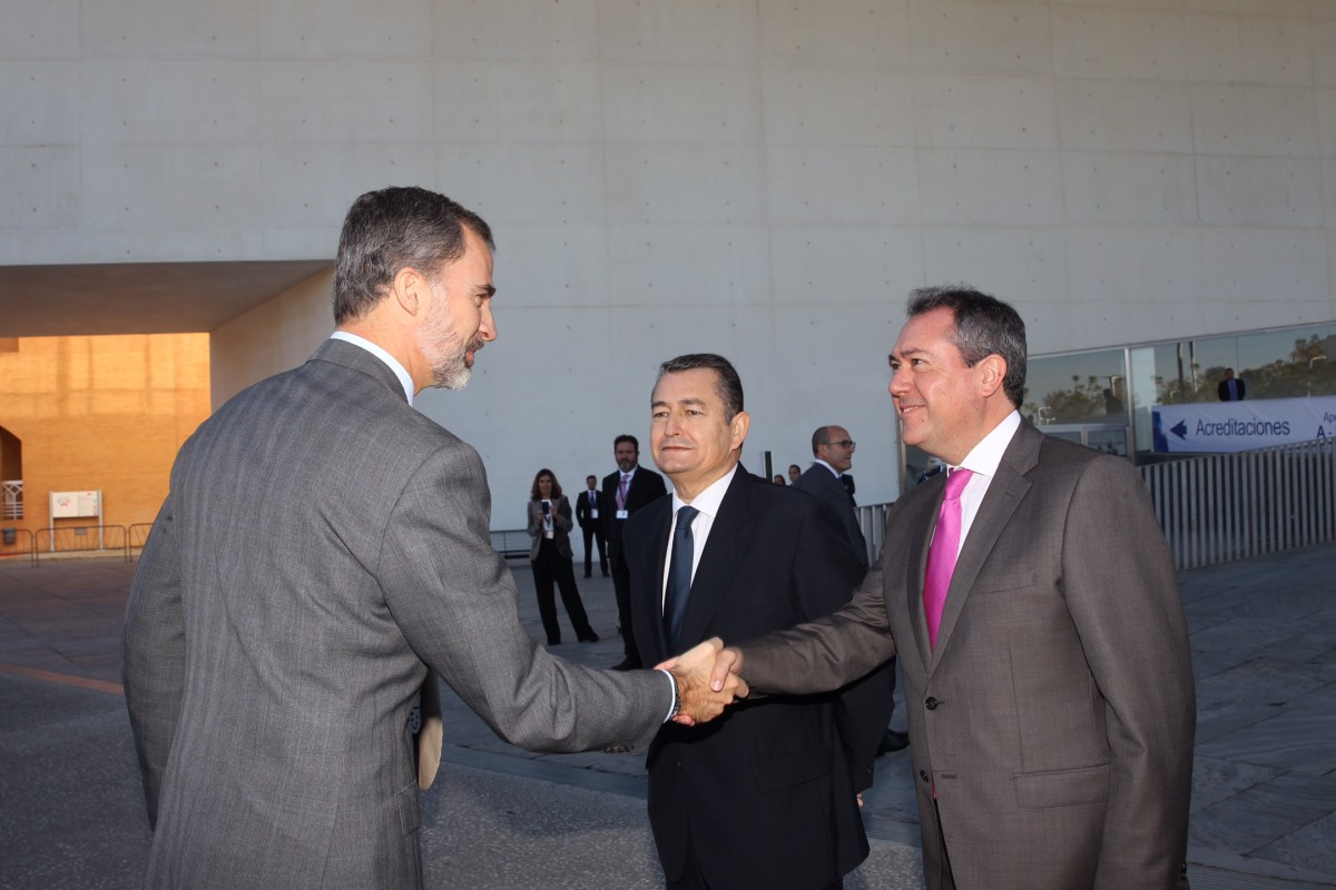 El Rey saluda al alcalde de Sevilla en presencia del delegado del gobierno