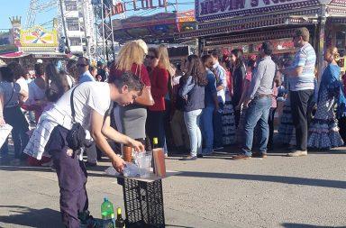 Vendedor ambulante de alcohol en la calle del Infierno. Foto: Facua