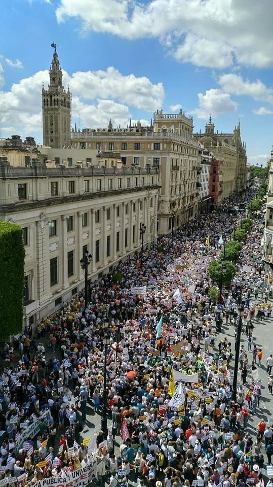 Decenas de miles de personas han clamado hoy en Sevilla por una sanidad pública de calidad