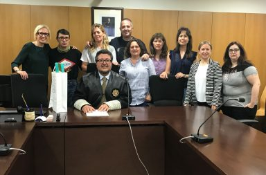 El juez Serrano, junto a los funcionarios del Juzgado de Familia de Badalona.